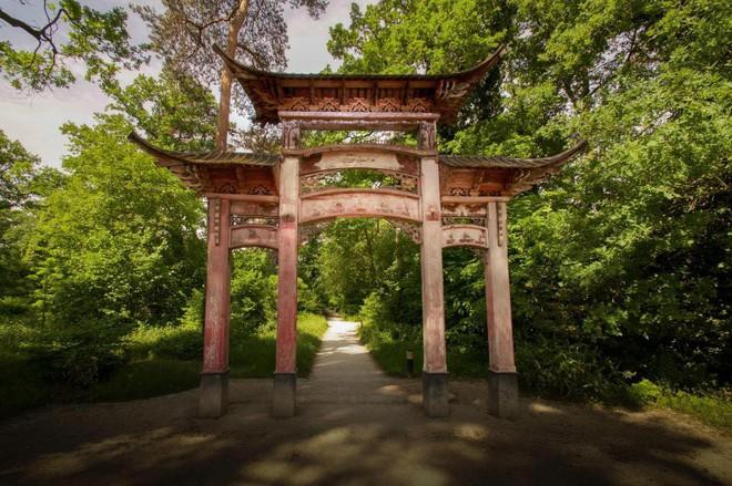Bên trong khu vườn bị bỏ hoang ở Paris, nơi 100 năm trước con người từng bị đem ra triển lãm, mua vui chẳng khác gì ở sở thú - Ảnh 26.