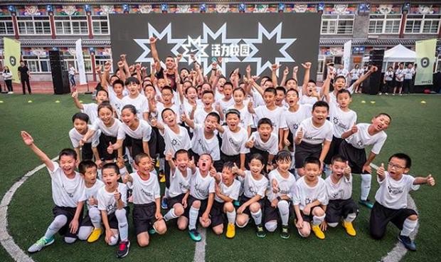 Ronaldo gây náo loạn ở Trung Quốc, một fan nhí khóc ngất - Ảnh 7.