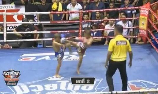 2 võ sĩ nhí Muay Thái kịch chiến nảy lửa trong trận đấu 400 triệu đồng - Ảnh 2.