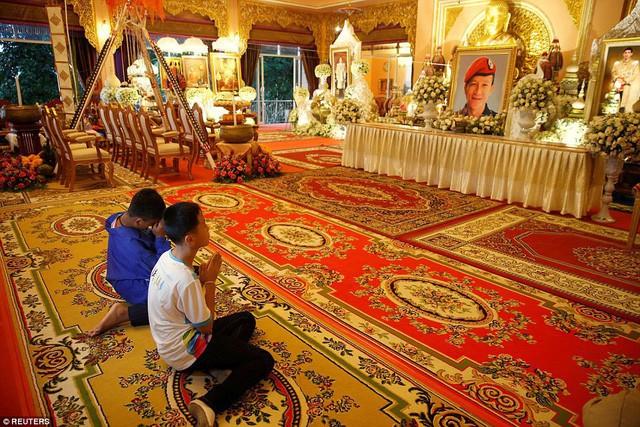 Sau ngày ra viện, đội bóng nhí Thái Lan đi chùa để cầu nguyện cho người thợ lặn đã mất khi giải cứu các em - Ảnh 2.