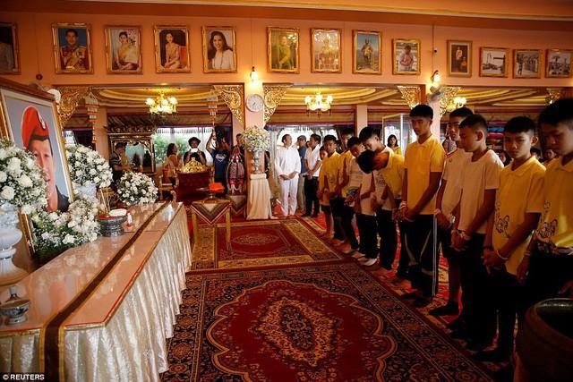 Sau ngày ra viện, đội bóng nhí Thái Lan đi chùa để cầu nguyện cho người thợ lặn đã mất khi giải cứu các em - Ảnh 3.