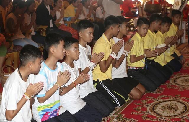 Sau ngày ra viện, đội bóng nhí Thái Lan đi chùa để cầu nguyện cho người thợ lặn đã mất khi giải cứu các em - Ảnh 6.