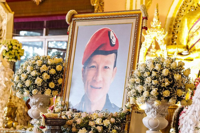 Sau ngày ra viện, đội bóng nhí Thái Lan đi chùa để cầu nguyện cho người thợ lặn đã mất khi giải cứu các em - Ảnh 9.
