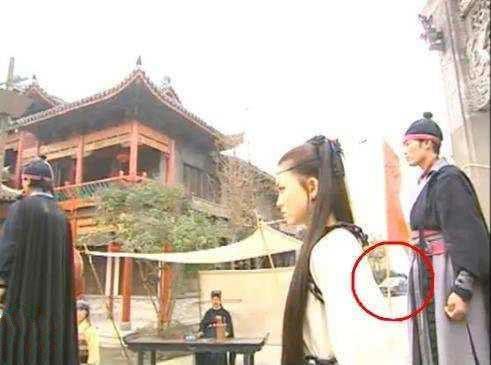 Sạn hài hước trong phim Hoa ngữ: Thời Tam Quốc có ô tô, người cổ đại đi giày Tây - Ảnh 2.
