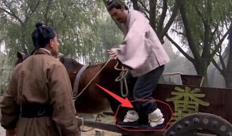 Sạn hài hước trong phim Hoa ngữ: Thời Tam Quốc có ô tô, người cổ đại đi giày Tây - Ảnh 6.