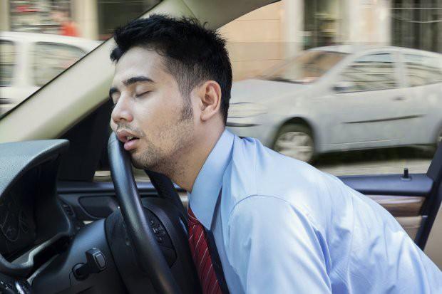 Tại sao chúng ta cứ ngồi lên xe ô tô là cơn buồn ngủ lại ập đến? - Ảnh 1.