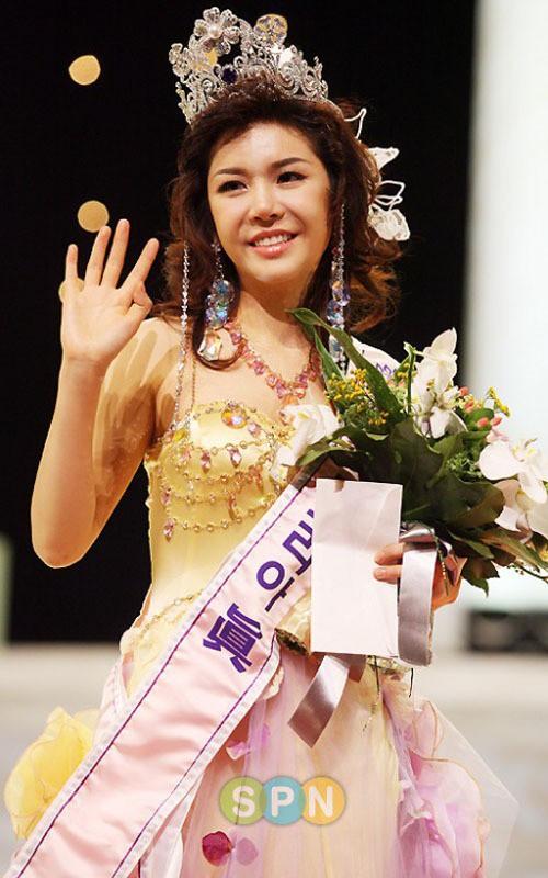Loạt Hoa hậu châu Á xấu đi vào lịch sử: Người đôi mươi mà trông như bà cô U50, kẻ bị chê nhan sắc đáng sợ đến mức kinh dị - Ảnh 15.