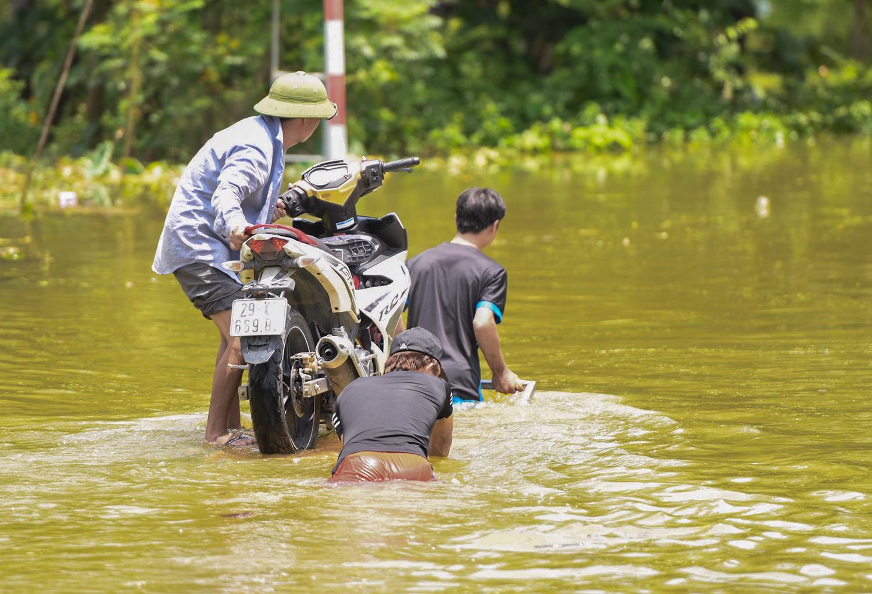 Sau 1 tuần mưa, người Hà Nội dùng thuyền tự chế, bơi trong dòng nước ngập ao bèo về nhà - Ảnh 9.