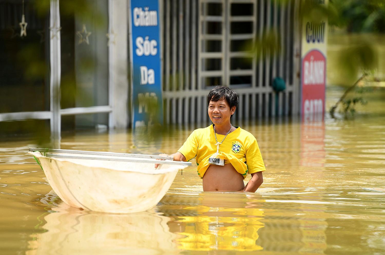 Sau 1 tuần mưa, người Hà Nội dùng thuyền tự chế, bơi trong dòng nước ngập ao bèo về nhà - Ảnh 12.