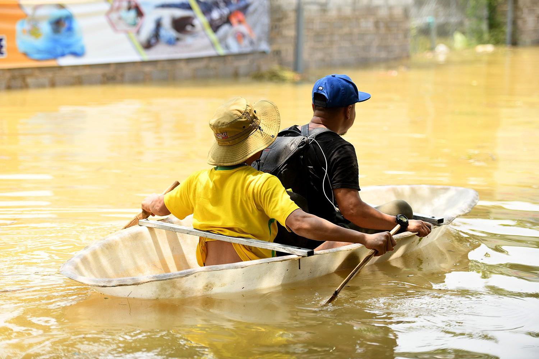 Sau 1 tuần mưa, người Hà Nội dùng thuyền tự chế, bơi trong dòng nước ngập ao bèo về nhà - Ảnh 7.
