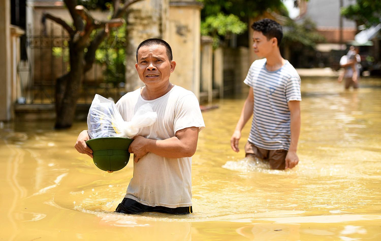 Sau 1 tuần mưa, người Hà Nội dùng thuyền tự chế, bơi trong dòng nước ngập ao bèo về nhà - Ảnh 14.