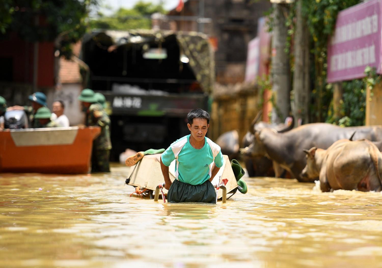 Sau 1 tuần mưa, người Hà Nội dùng thuyền tự chế, bơi trong dòng nước ngập ao bèo về nhà - Ảnh 16.
