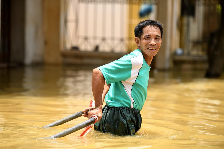 Sau 1 tuần mưa, người Hà Nội dùng thuyền tự chế, bơi trong dòng nước ngập ao bèo về nhà - Ảnh 17.
