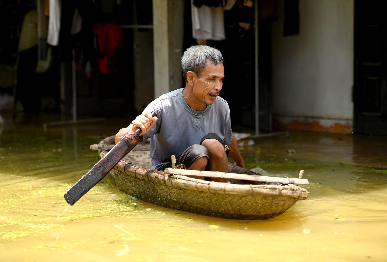 Sau 1 tuần mưa, người Hà Nội dùng thuyền tự chế, bơi trong dòng nước ngập ao bèo về nhà - Ảnh 20.