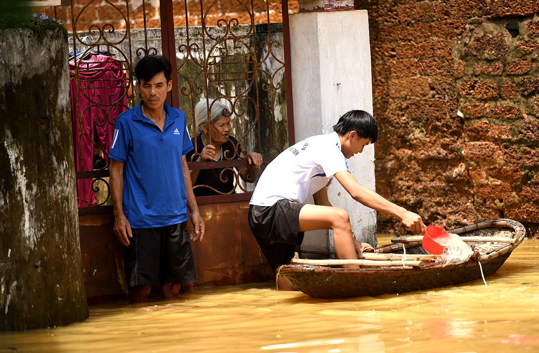Sau 1 tuần mưa, người Hà Nội dùng thuyền tự chế, bơi trong dòng nước ngập ao bèo về nhà - Ảnh 32.