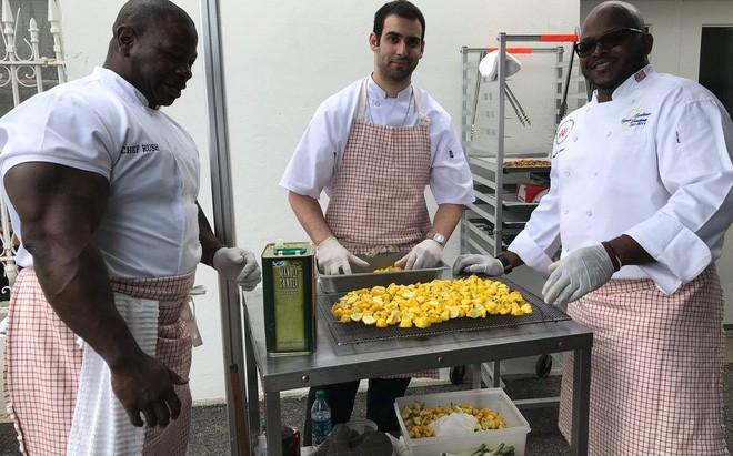 Đầu bếp Nhà Trắng chống đẩy 2222 cái, ăn 2 chục trứng luộc, 4 con gà mỗi ngày cho khỏe - Ảnh 1.