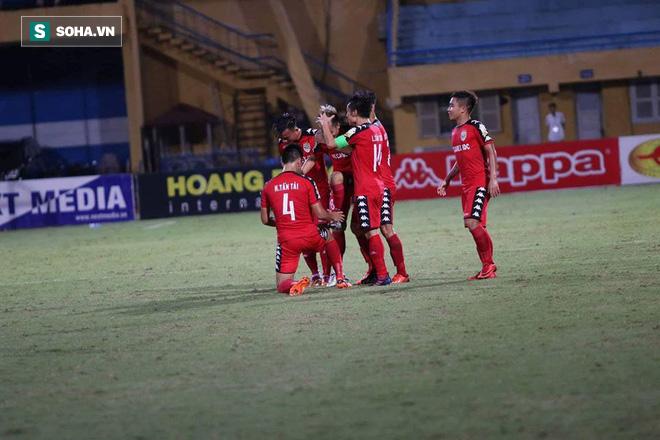 Sai lầm chồng chất, Hà Nội FC vẫn tạo màn rượt đuổi ngoạn mục trên sân nhà - Ảnh 2.