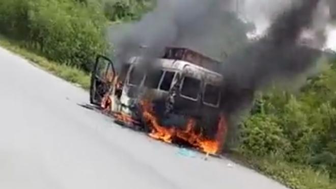 Trên đường chở tro cốt về, xe tang bốc cháy dữ dội - Ảnh 2.