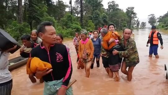 Vỡ đập thủy điện ở Lào: Trực thăng và thuyền chạy đua cứu nạn - Ảnh 1.