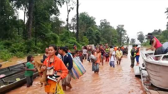 Vỡ đập thủy điện ở Lào: Trực thăng và thuyền chạy đua cứu nạn - Ảnh 2.