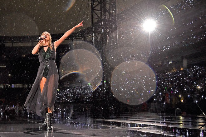 Taylor Swift nằm mơ cũng không ngờ có ngày bị chính dancer của mình gạt chân ngã chổng vó trên sân khấu - Ảnh 6.