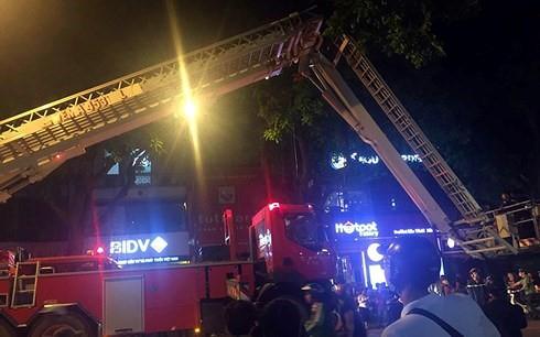 Cháy lớn trên phố Trần Hưng Đạo, cứu sống 5 người mắc kẹt - Ảnh 1.
