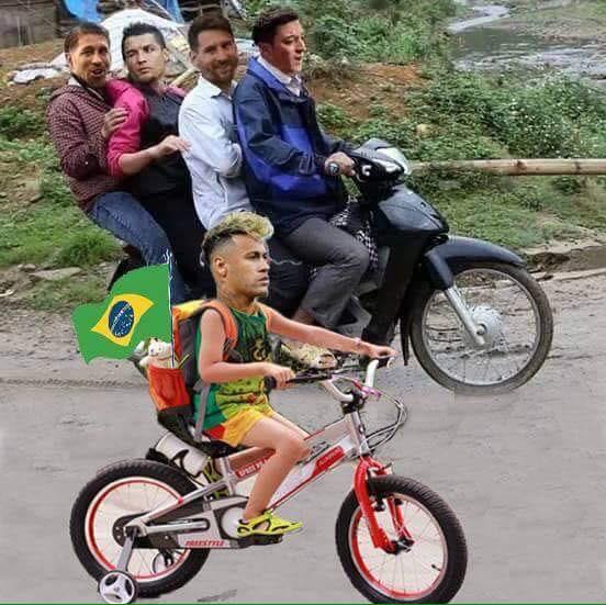 Không lên xe về cùng Ronaldo và Messi, Neymar ở lại Nga giật tượng vàng Oscar - Ảnh 1.