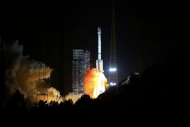 Tên lửa đẩy của Trung Quốc phát nổ và rơi gần một ngôi làng có người sinh sống sau khi phóng vệ tinh - Ảnh 1.