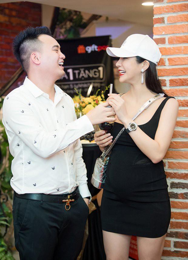 Khoe bụng bầu lớn ở tháng thứ 5, Diệp Lâm Anh gây tranh cãi khi thoải mái đi giày cao gót - Ảnh 1.