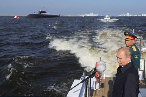 Video: Xem Nga bắn pháo, khoe dàn tàu chiến khủng nhân ngày Hải quân - Ảnh 1.