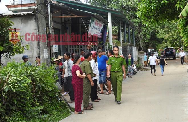 Vụ tai nạn giao thông ở Điện Bàn, Quảng Nam: Người dân tập trung trước cửa nhà anh Nguyễn Khắc Long.