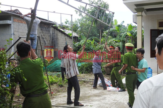 Công tác dựng rạp lo hậu sự cho người xấu số vụ tai nạn giao thông ở Điện Bàn, Quảng Nam.