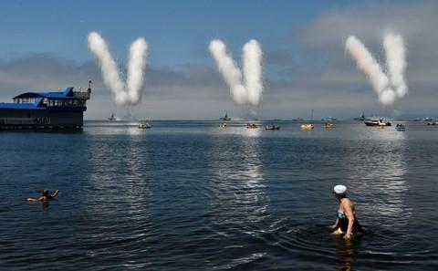 Video: Xem Nga bắn pháo, khoe dàn tàu chiến khủng nhân ngày Hải quân - Ảnh 3.