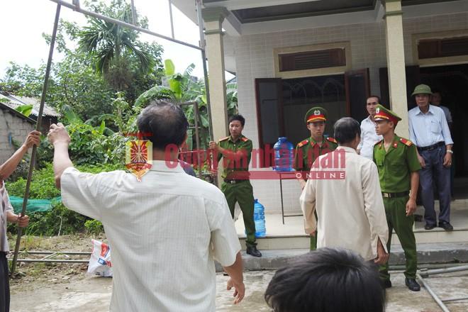Lực lượng CA hỗ trợ làm công tác lo hậu sự vụ tai nạn ở Quảng Nam.