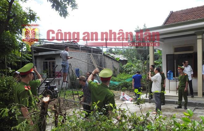Vụ tai nạn giao thông ở Quảng Nam: Lực lượng CAND và người dân địa phương bắc rạp lo hậu sự cho người xấu số.