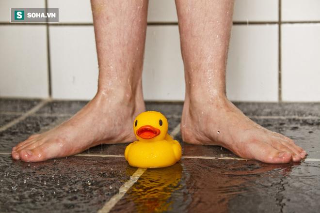 Đi tiểu trong khi tắm: Rất vệ sinh, tốt cho đời sống tình dục và ngăn ngừa nấm chân? - Ảnh 1.