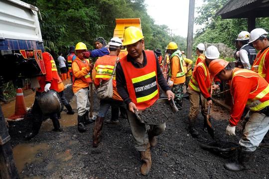 Người mắc kẹt hầm mỏ 69 ngày ở Chile mở lời về cuộc giải cứu ở Thái Lan - Ảnh 1.