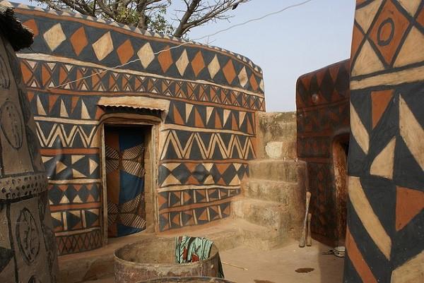 Tiébélé: Ngôi làng cổ được tạo nên từ phân bò, từng căn nhà đều là tác phẩm nghệ thuật tuyệt vời - Ảnh 7.