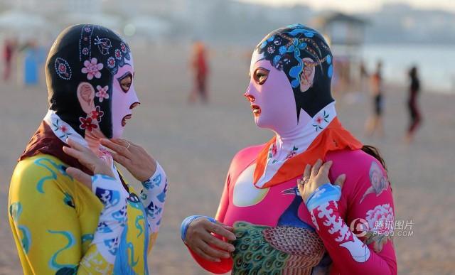 Đến hẹn lại lên, các bãi biển Trung Quốc nở rộ áo tắm Ninja đi nghỉ mát của 500 chị em sợ cháy nắng - Ảnh 8.