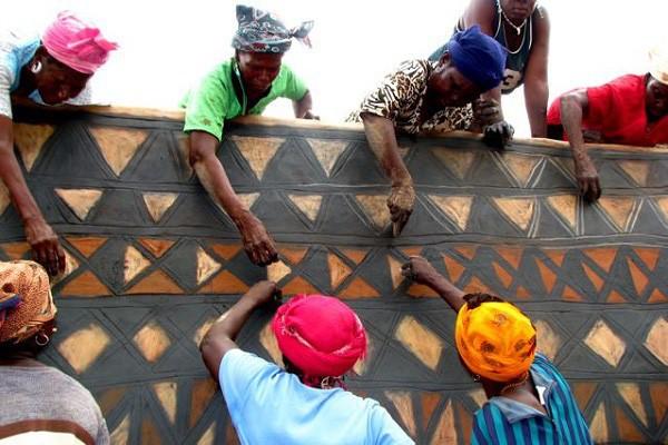Tiébélé: Ngôi làng cổ được tạo nên từ phân bò, từng căn nhà đều là tác phẩm nghệ thuật tuyệt vời - Ảnh 10.