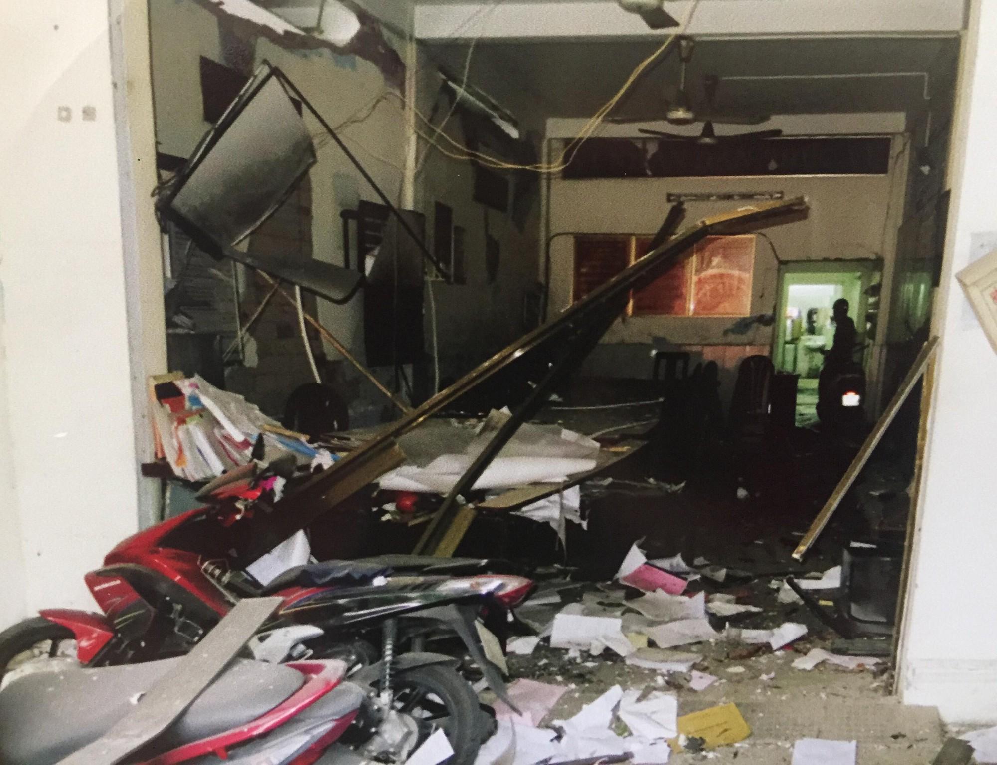 [ẢNH] 10kg thuốc nổ trong nhà của kẻ ném bom vào trụ sở công an phường - Ảnh 1.