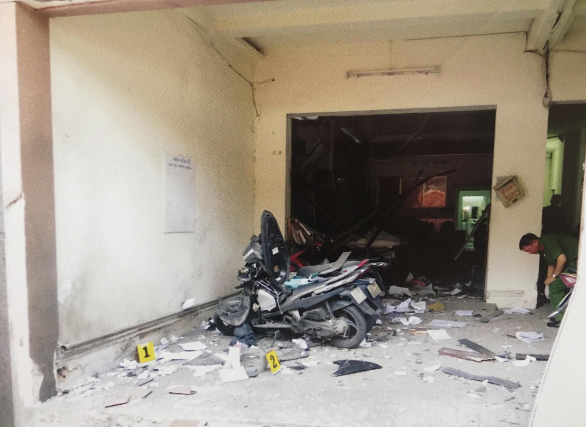 [ẢNH] 10kg thuốc nổ trong nhà của kẻ ném bom vào trụ sở công an phường - Ảnh 2.