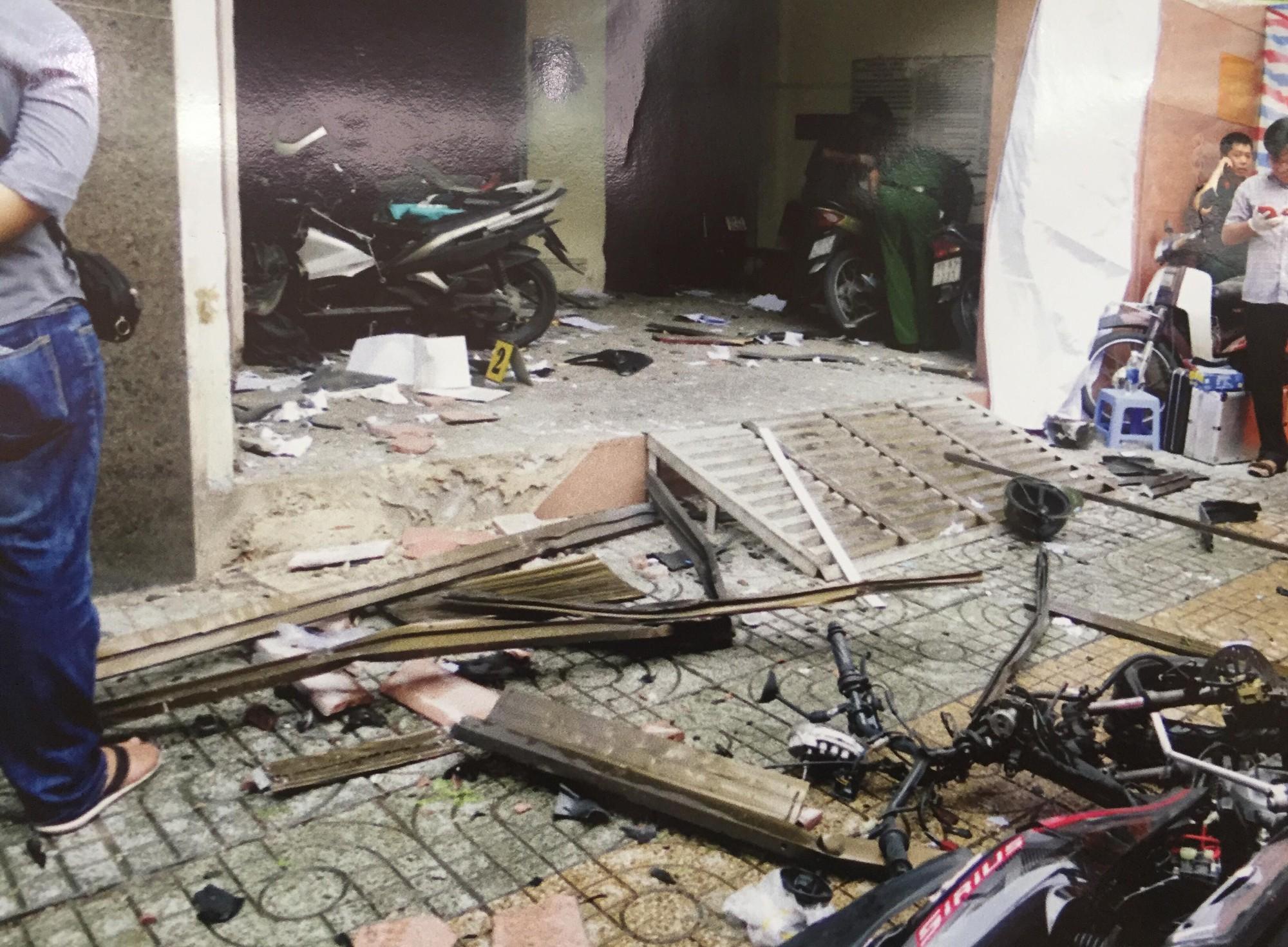 [ẢNH] 10kg thuốc nổ trong nhà của kẻ ném bom vào trụ sở công an phường - Ảnh 4.