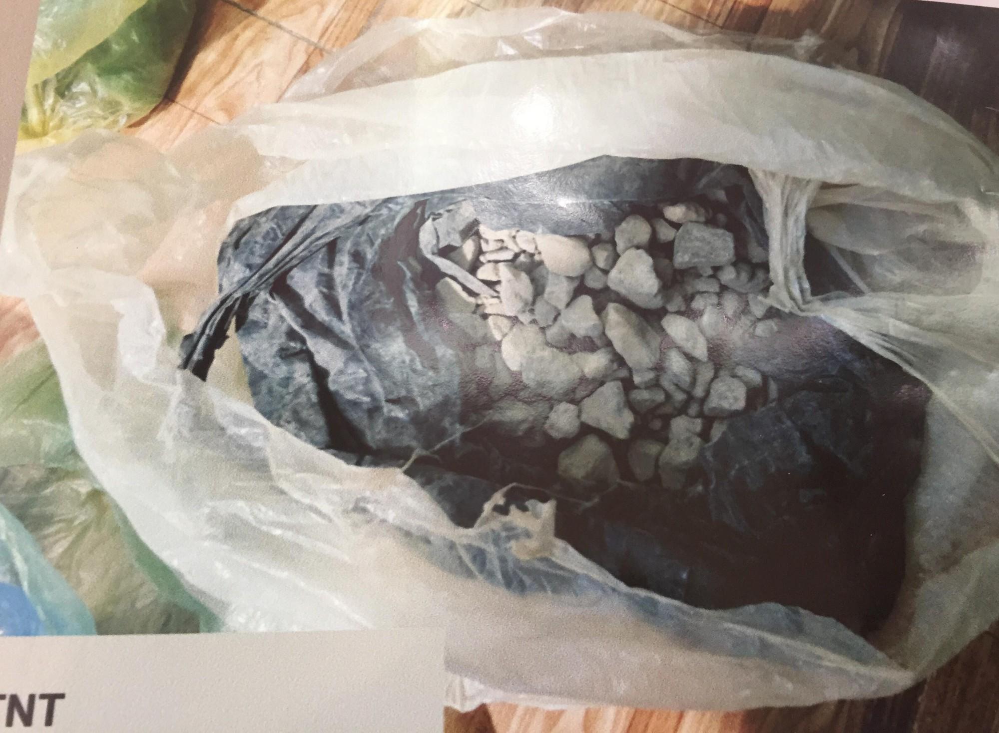 [ẢNH] 10kg thuốc nổ trong nhà của kẻ ném bom vào trụ sở công an phường - Ảnh 15.