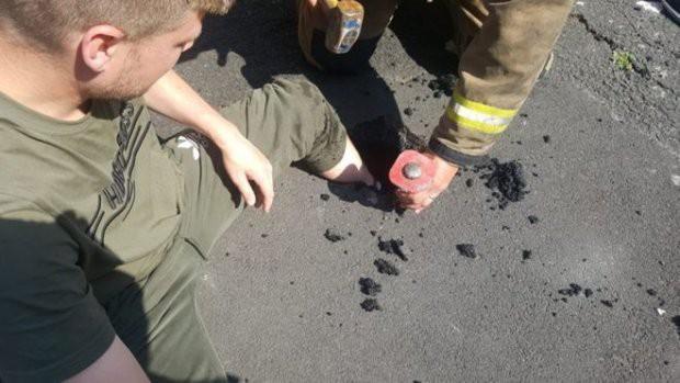 Nắng nóng dữ dội, thanh niên kẹt chân trong nhựa đường tan chảy - Ảnh 1.