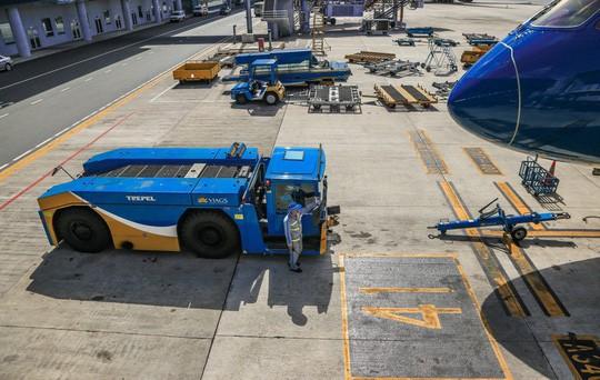 Vã mồ hôi xem nhân viên hàng không làm việc trong cái nóng 50 độ C  - Ảnh 20.
