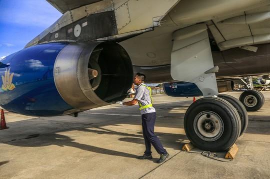 Vã mồ hôi xem nhân viên hàng không làm việc trong cái nóng 50 độ C  - Ảnh 23.