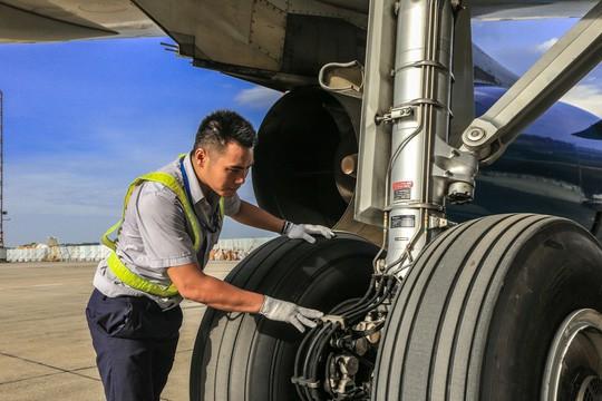 Vã mồ hôi xem nhân viên hàng không làm việc trong cái nóng 50 độ C  - Ảnh 24.