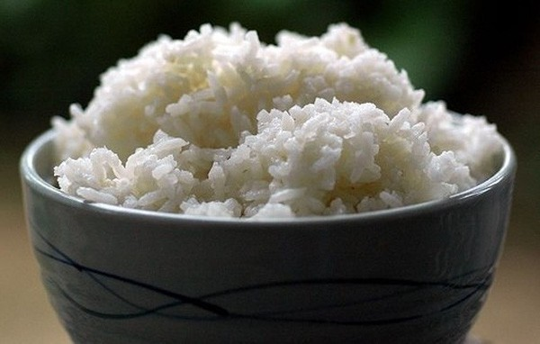 Bảo quản cơm nguội như thế này rồi hâm nóng lại để ăn có thể dẫn đến tiêu chảy, ngộ độc thực phẩm - Ảnh 2.