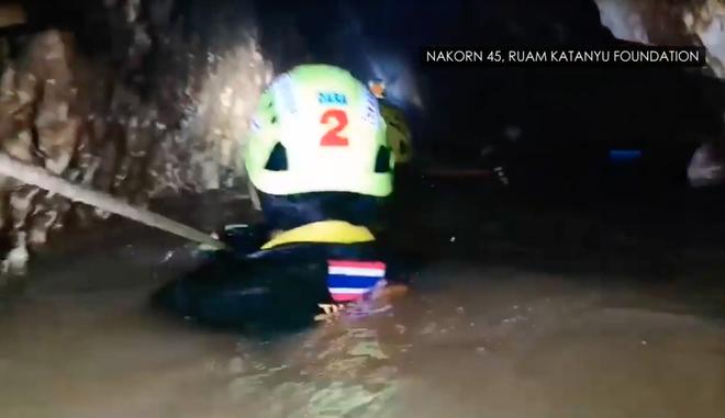 Đội bóng Thái Lan rơi vào tình trạng nguy kịch, Elon Musk yêu cầu SpaceX chế tạo tàu ngầm cỡ trẻ em để phục vụ giải cứu - Ảnh 6.
